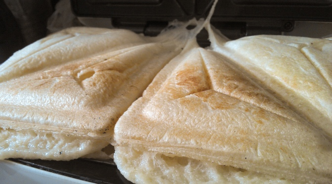 Pão de queijo de preguiçoso, digo sanduicheira!!!