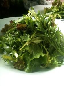 salada com folhas de cenoura